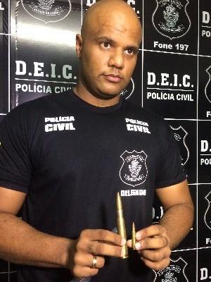 Delegado Alex Vasconcelos mostra balas usadas por quadrilha em Goiás (Foto: Paula Resende/ G1)