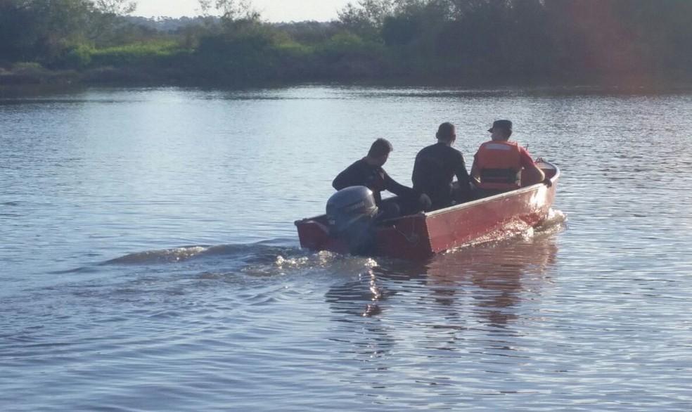 Até mesmo um pequeno barco motorizado foi usado para o resgate do corpo da adolescente (Foto: Corpo de Bombeiros/Divulgação)