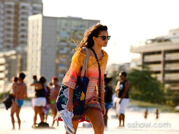 Bruna caminha pelas areias de praia do Rio (Foto: Inácio Moraes/ TV Globo)