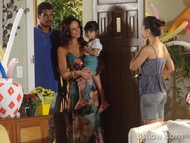 Toda feliz, Juliana volta apra casa com Bia (Foto: Em Família/TV Globo)