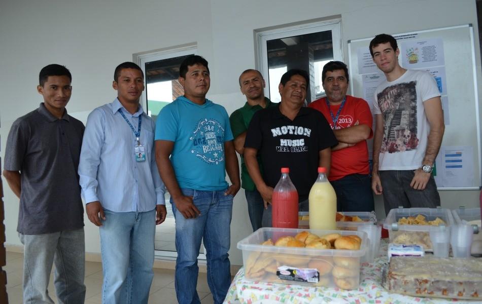 Colaboradores da TV Roraima animados durante café da manhã na sede da emissora (Foto: Valéria Oliveira/ G1 Roraima)