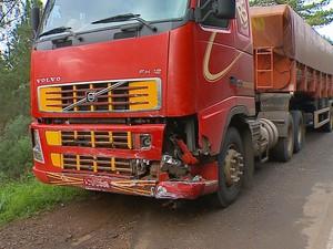 Motorista da carreta não se feriu no acidente (Foto: Reprodução/RBS TV)