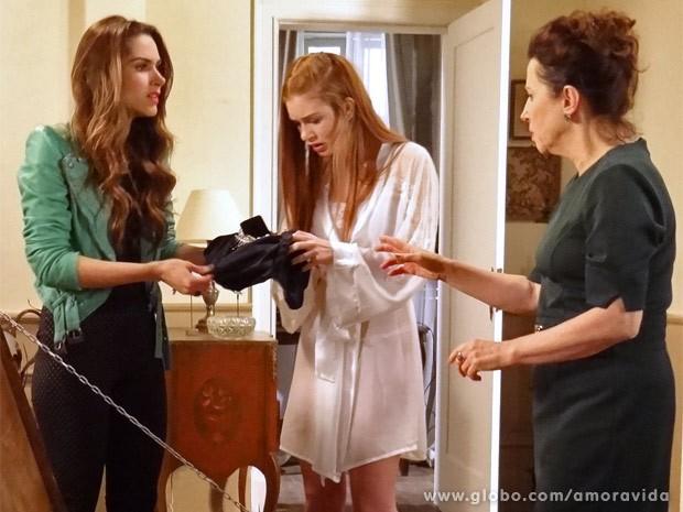 Nicole fica chocada ao achar joias no quarto de Lídia (Foto: Amor à Vida / TV Globo)