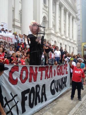 Protesto em Curitiba reuniu 2 mil pessoas, segundo os organizadores; PM fala em 500 participantes (Foto: Diego Sarza/RPC)
