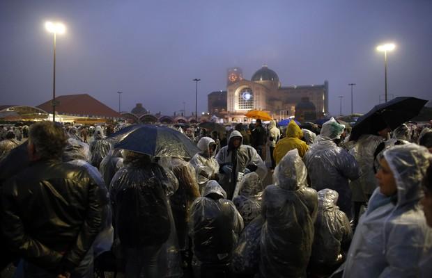 Sobr chuva e frio, fiéis aguardam a chegada de Francisco ao Santuário de Aparecida (Foto: AP Photo/Victor R. Caivano)