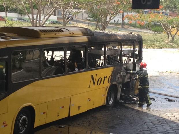 Ônibus da empresa Nordeste pega fogo na Rodoviária em Campina Grande (Foto: Simone Duarte/Arquivo Pessoal)