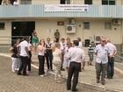 Funcionários fazem abraço simbólico ao Hospital São José, em Criciúma