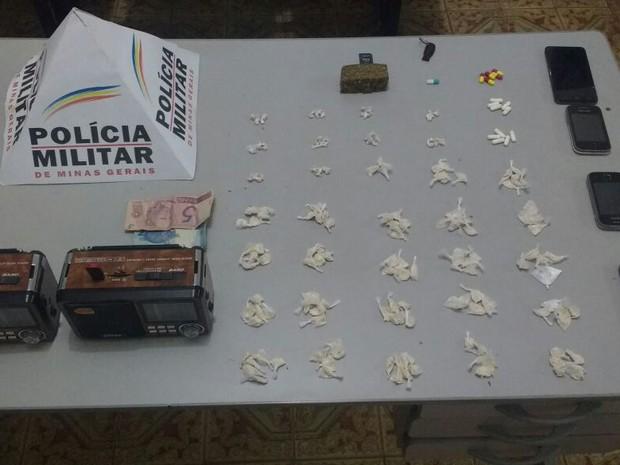 Materiais apreendidos na casa onde o grupo estava. Um menor conseguiu fugir, possivelmente com armas. (Foto: Polícia Militar/Divulgação)