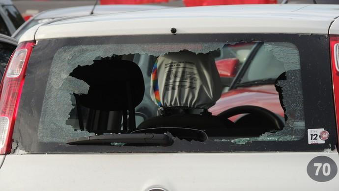Carro depredado após confusão na chegada da torcida do Grêmio ao Gre-Nal (Foto: Tomás Hammes / GloboEsporte.com)