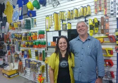 Nilson e Erika na porta da loja, de onde tentam fugir para pensar na estratégia do negócio (Foto: Marco Zanni)