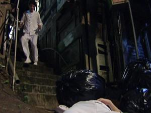 Gabriel vê Kiko no chão (Foto: Malhação / Tv Globo)