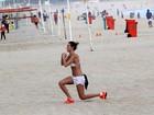 De barriga de fora, Letícia Birkheuer se exercita em praia do Rio