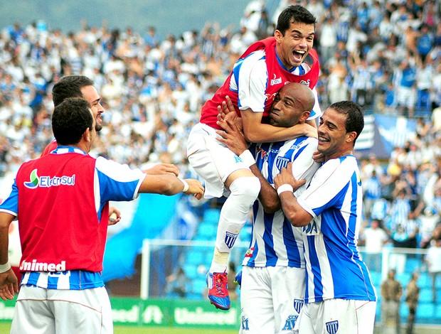 Nunes comemora gol do Avaí sobre o Figueirense (Foto: Antônio Carlos Mafalda / Ag. Estado)