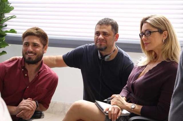 Daniel Rocha e Letícia Spiller com o diretor Alessandro Barros nos bastidores do longa 'Eu sou brasileiro' (Foto: Divulgação)
