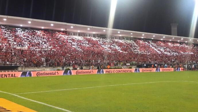 Torcida do CRB exibe mosaico pedindo paz (Foto: Denison Roma/GloboEsporte.com)