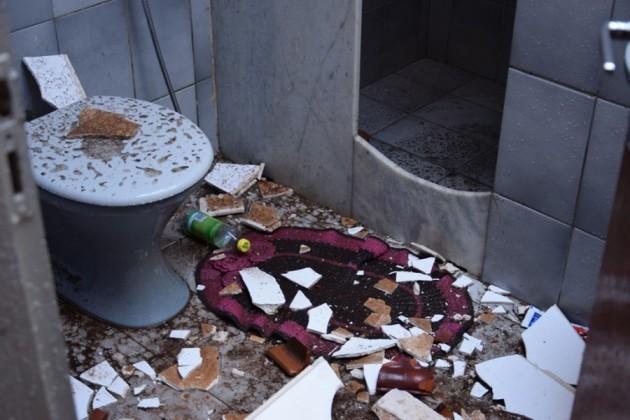 Teto de banheiro também desabou (Foto: Divulgação/Surgiu)