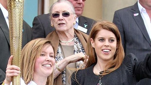 princesa Beatrice, neta da rainha Elizabeth II com a tocha olímpica Londres (Foto: Divulgação / Site Oficial)