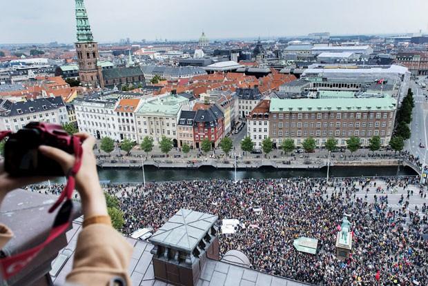 DINAMARCA: Em Copenhague, cerca de 30 mil pessoas foram às ruas para demonstrar apoio aos imigrantes e refugiados (Foto: Reuteres/Claus Bech/Scanpix)