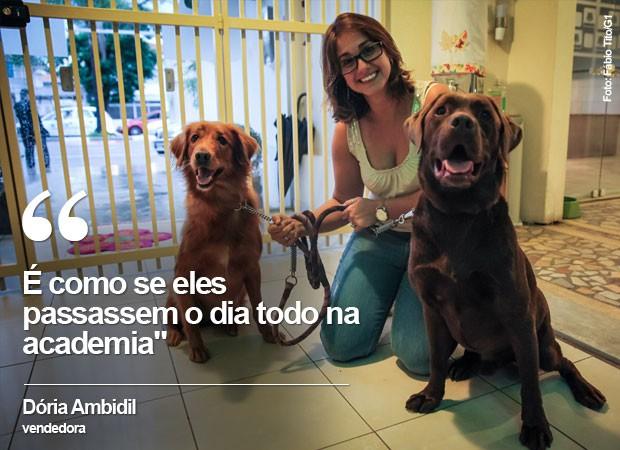 A vendedora Dória Ambidil deixa os dois cães na creche na Zona Sul de São Paulo (Foto: Fábio Tito/G1)