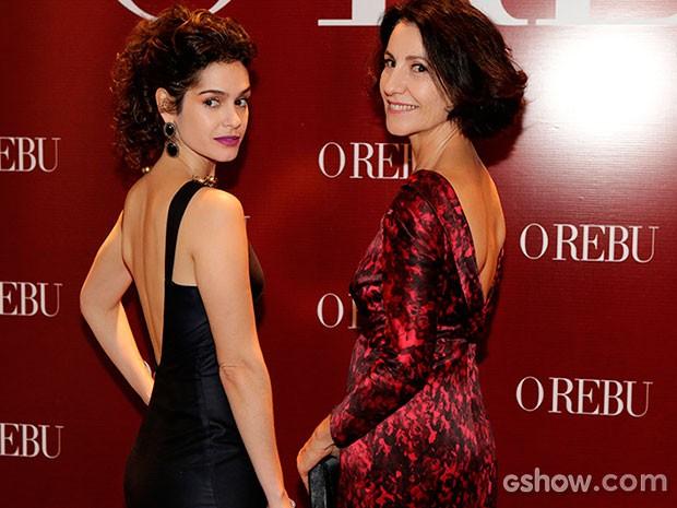 Maria Flor e Cássia Kis Magro exibem os belos decotes nas costas (Foto: Fábio Rocha/TV Globo)