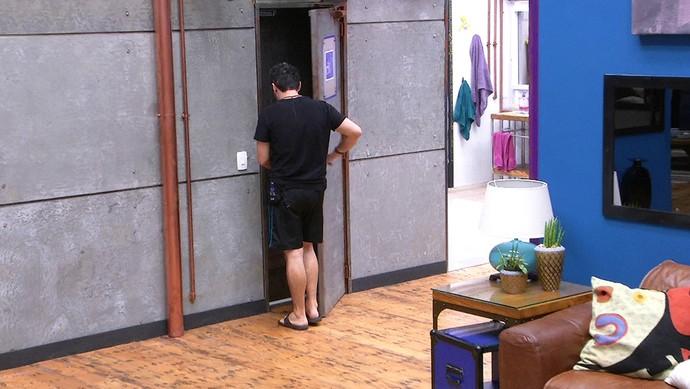 Alan entra no confessionário antes de sair do programa Tarde casa 05_02 (Foto: TV Globo)