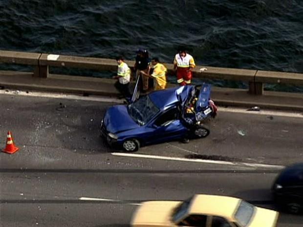 Caminhão bate em carro na Ponte Rio-Niterói, e homem cai na Baía de Guanabara (Foto: Reprodução/ TV Globo)