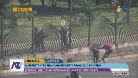 Policial atira e mata manifestante na Venezuela; veja vídeo