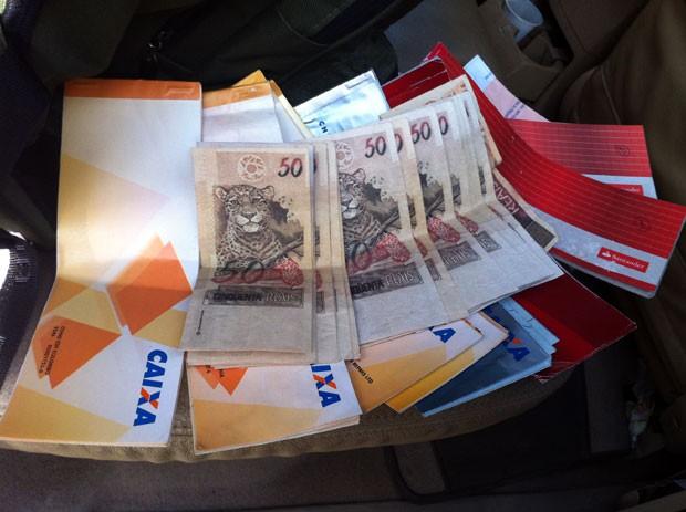Dinheiro falsificado e talões de cheques foram apreendidos com o comerciante (Foto: Carlos Lima/Inter TV Cabugi)