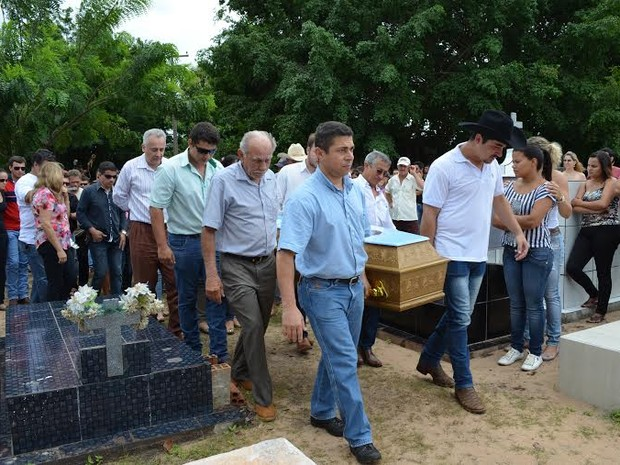 Enterro de jovem foi marcado por homengens em Pimenta Bueno, RO (Foto: Fernanda Bonilha/G1)
