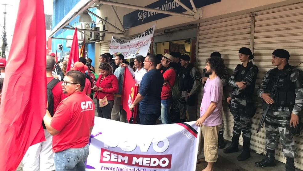 Manifestantes ocuparam entrada de supermercado para impedir funcionamento (Foto: Walter Paparazzo/G1)