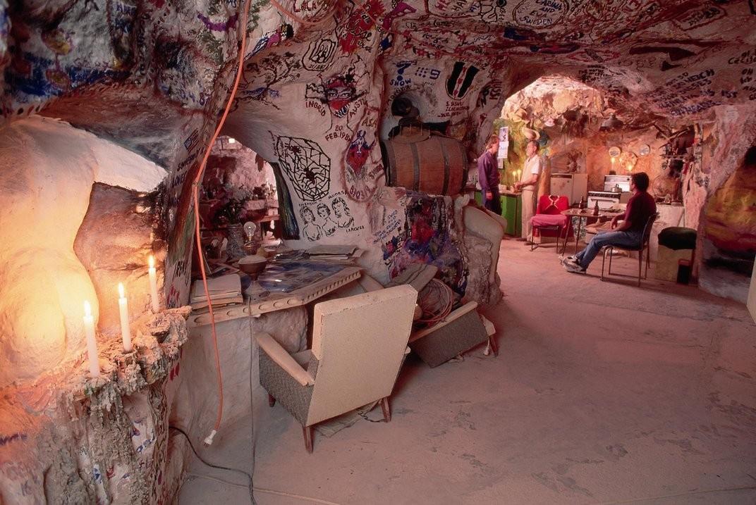Casas subterrâneas de Coober Pedy têm até ligação elétrica (Foto: Divulgação)