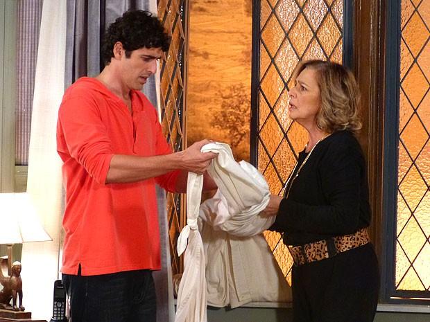 Nando e Charlô encontram uma corda na janela do primo (Foto: Guerra dos Sexos / TV Globo)
