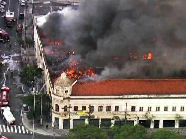 Incêndio atinge edificação no Centro de São Paulo (Foto: Reprodução/TV Globo)