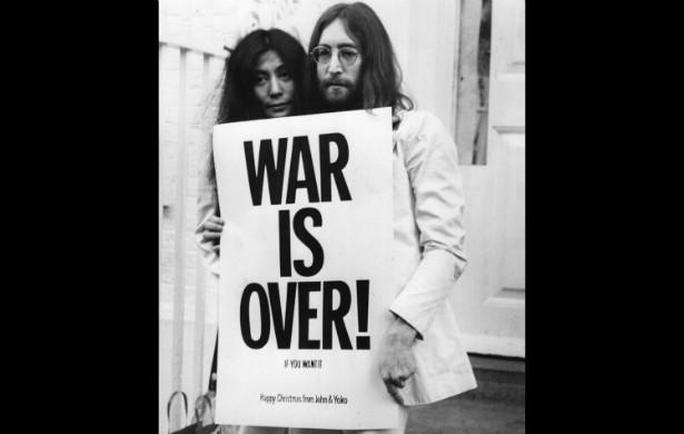 John Lennon (1940-1980) protestou tanto contra a Guerra do Vietnã que o governo dos EUA pôs o FBI para espioná-lo e ainda tentou deportar o ex-Beatle de volta para a Inglaterra. A viúva, Yoko Ono, até hoje é uma ferrenha pacifista. (Foto: Getty Images)