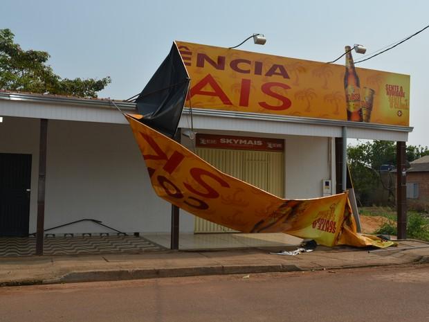 Fachadas de alguns comércios também caíram em vendaval em Porto Velho (Foto: Hosana Morais/G1)