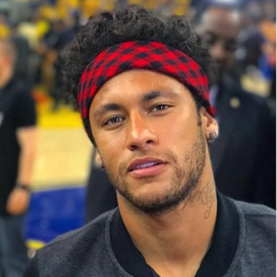 Neymar posa com seu novo visual: com os cabelos maiores e cacheados (Foto: Reprodução)