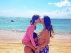 Na praia, ex-BBB Rodrigo beija a barriga da mulher, grávida