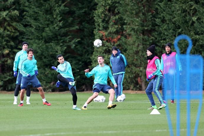 Pato vê Pedro e Azpilicueta treino Chelsea (Foto: Reuters / Matthew Childs)
