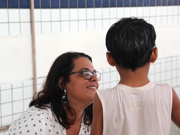 Kelsilene, mãe de Lucas (nome fictício), conversa com o filho de seis anos (Foto: Dani Fechine/G1)