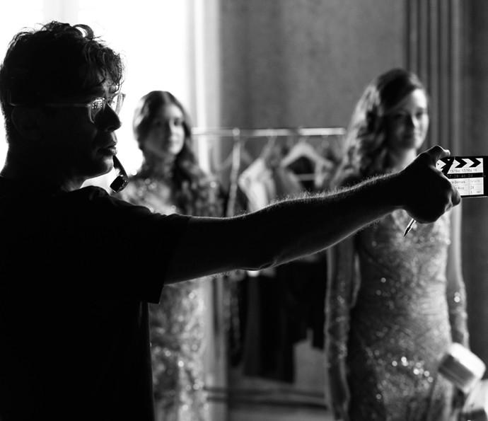 Bem-humorado, Fábio Assunção ajuda equipe nas gravações (Foto: Raphael Dias/ Gshow)
