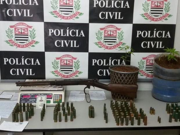 Homem é preso com armas e munição em Taubaté, SP (Foto: Divulgação/DIG Taubaté)
