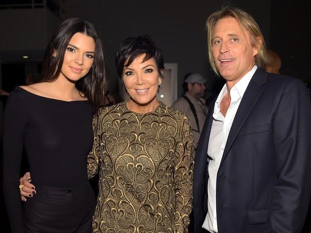 Kendall Jenner, Kris Jenner e Russell James em evento em Nova York, nos Estados Unidos (Foto: Michael Loccisano/ Getty Images/ AFP)
