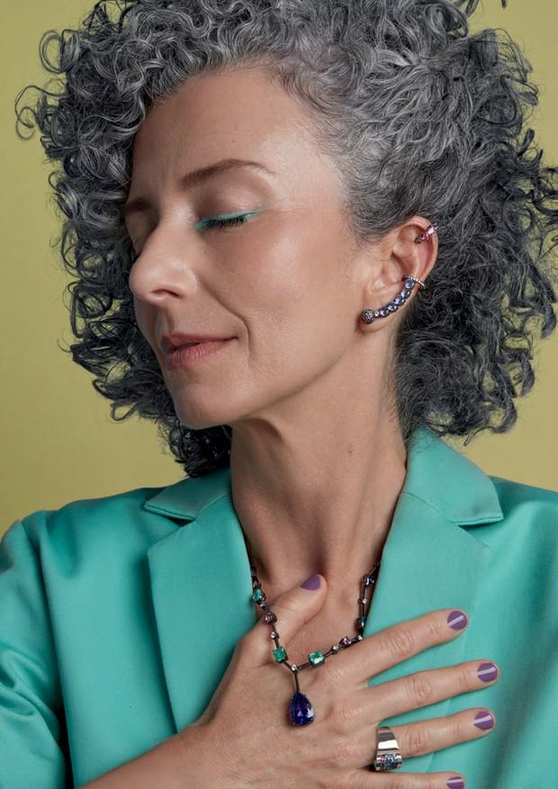 Joias da coleção AC, que tem preços a partir de R$ 2.800 (piercing de safiras brancas) e será lançada por Andrea Conti este mês. Ternos Cotton Project (Foto: Caroline Curti)