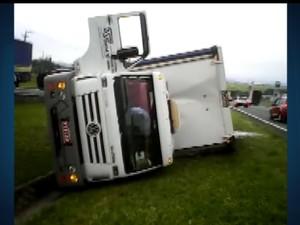 Caminhão carregado de tinta tombou no canteiro central da Rodovia Dom Pedro (Foto: Reprodução / EPTV)