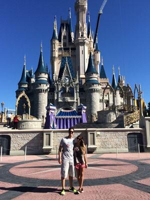 Essa é uma das poucas fotos que o casal tem da viagem à Disney, tirada do celular, já que a câmera fotográfica foi furtada (Foto: Arquivo pessoal/Nathalya Godoy)