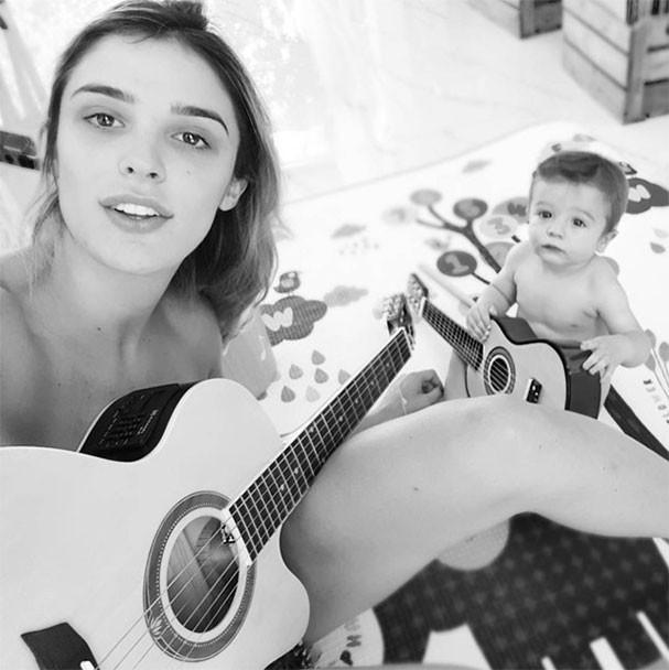 Rafa Brites ensina músicas ao filho, Rocco, que ganhou seu primeiro violão (Foto: Reprodução/Instagram)