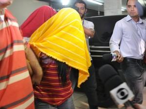 Dafne e a adolescente ao deixar a delegacia nesta sexta-feira. (Foto: Nadyenka Castro/G1 MS)