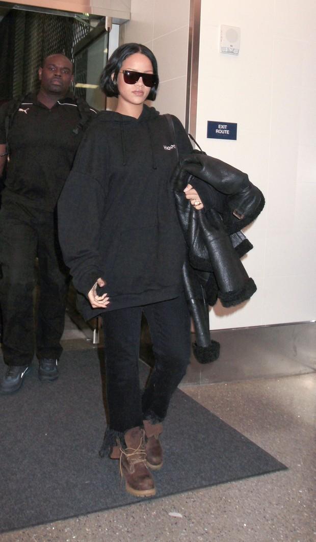 Rihanna aparece com os cabelos curtinhos (Foto: Grosby Group)