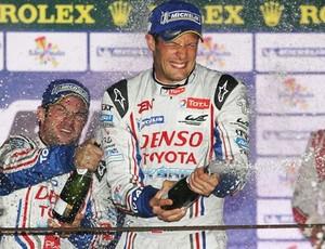 Alexander Wurz e Nicolas Lapierre comemoram a vitória da Toyota nas Seis horas de São Paulo WEC (Foto: Divulgação)