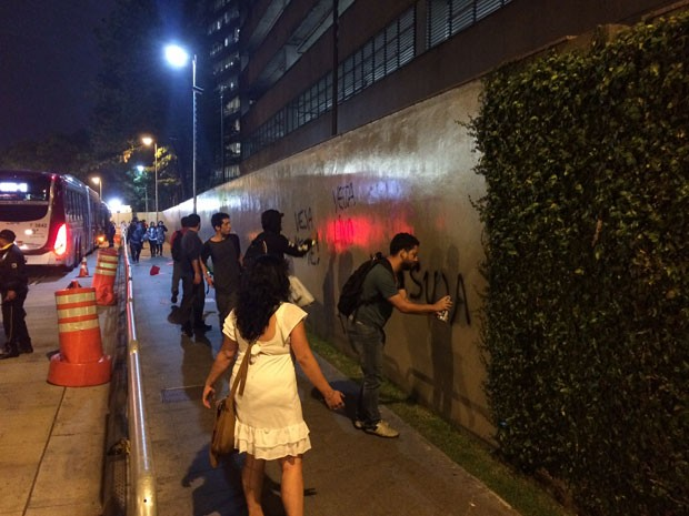 Manifestantes picham muro da sede da editora Abril (Foto: Cauê Fabiano/G1)